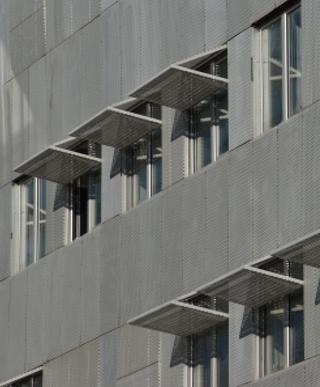 Exemple de protections solaires extérieures : immeuble «Le Progrès, Lyon